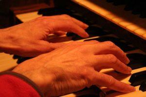 Relato corto, organista